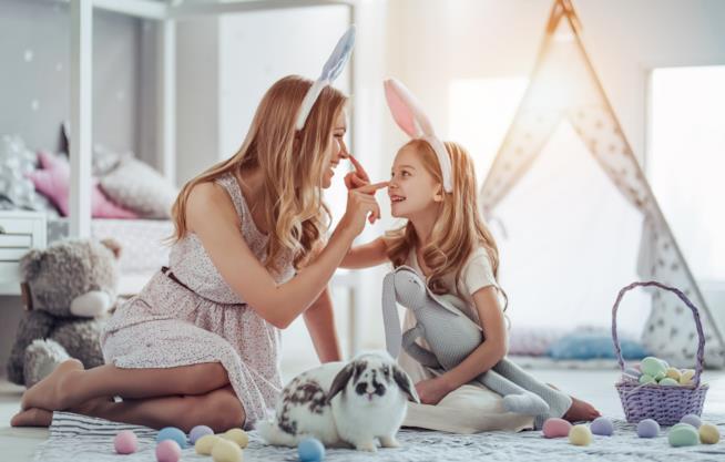 Mamma e figlia con orecchie da coniglio