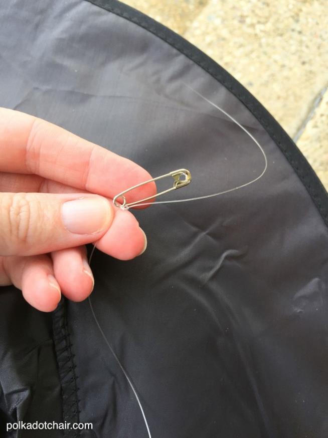 Lenza infilata nel cappello e legata a una spilla da balia