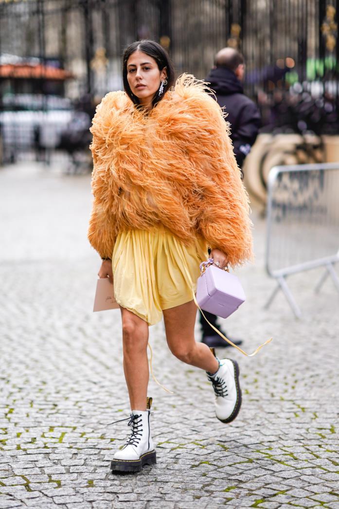 Gilda Ambrosio sfoggia una pelliccia arancione e degli anfibi bianchi