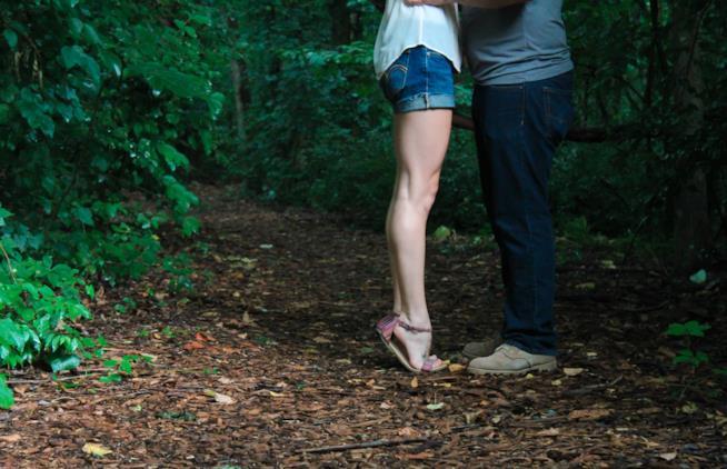 Gambe di ragazzo e ragazza vicine