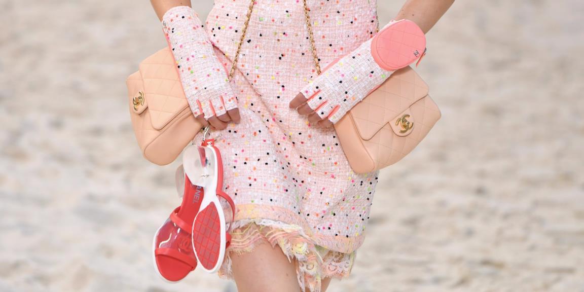La sfilata di Chanel con la borsa doppia