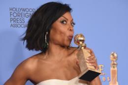 Taraji P. Henson festeggia stringendo in mano il Golden Globe