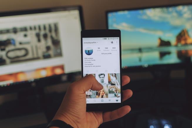 Uno smartphone con Instagram acceso.