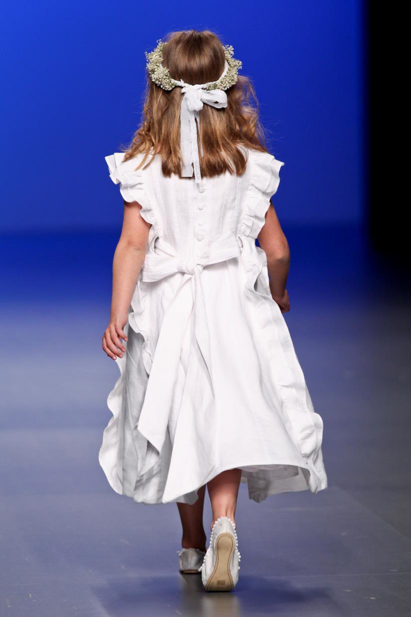 Bambina con corona e fiocco