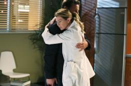 Alex e Meredith si abbracciano