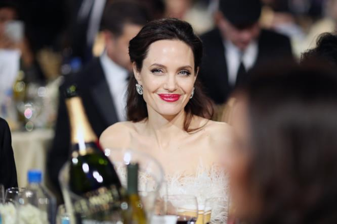 Angelina Jolie a tavola ai Critics' Choice Awards 2018