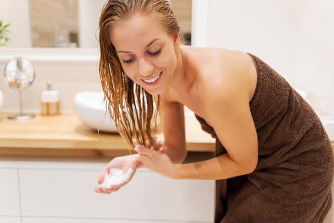 Donna con capelli bagnati