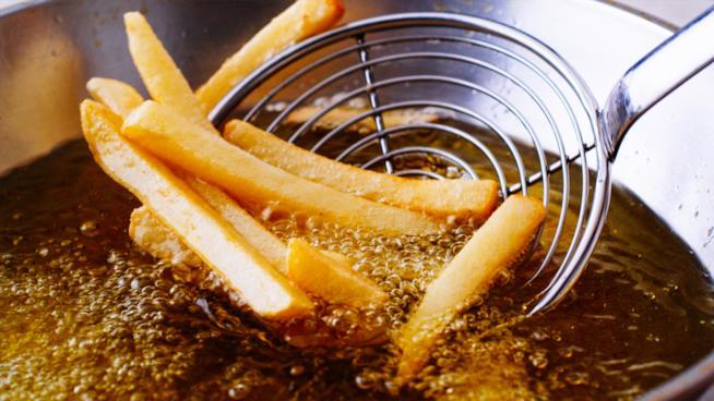 Patate che vengono fritte in una pentola con molto olio