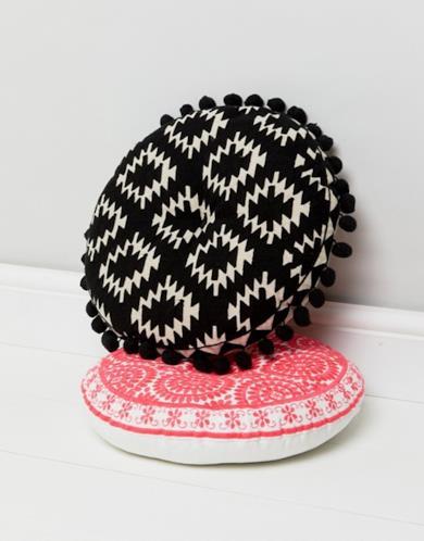 Cuscino nero con ricami e pompon