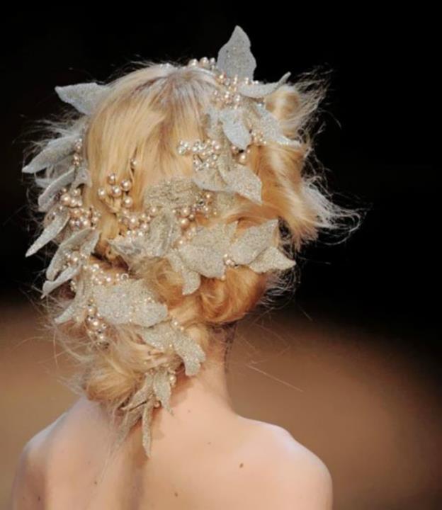 Un'acconciatura di perle e foglie bianche