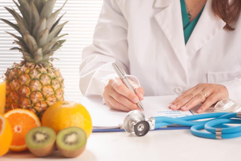 Medico scrive su un'agenda