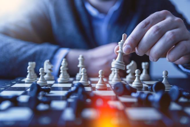 Ragazzo gioca a scacchi