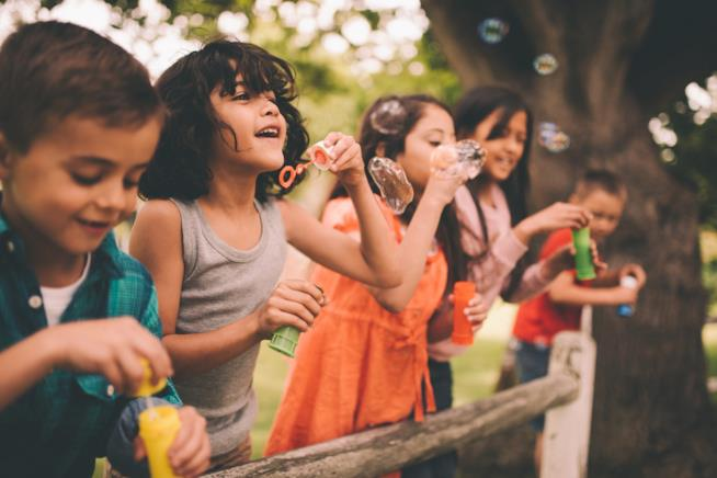 Bambini fanno le bolle di sapone