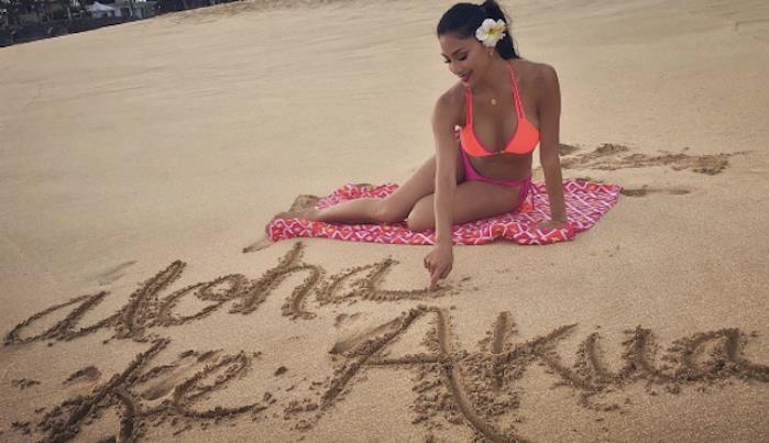 Nicole Scherzinger con bikini e fiori tra i capelli