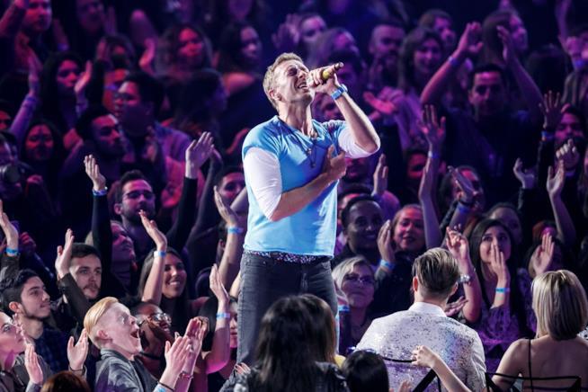 Chris Martin dei Coldplay durante un concerto