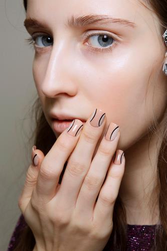 Nail art grafica in contrasto