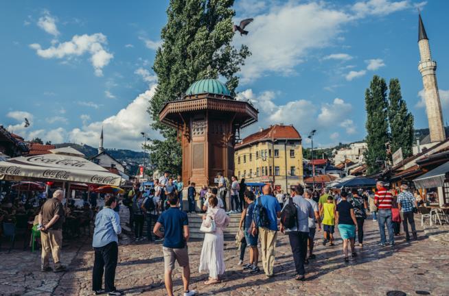 """La """"piazza dei piccioni"""", con la sua caratteristica fontana centrale"""