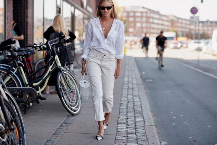 Outfit casual con camicia bianca con jeans bianco