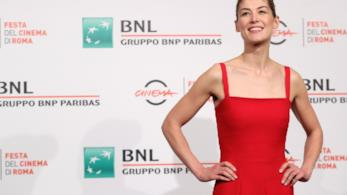 Rosamund Pike in rosso Dior