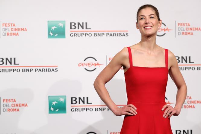 Rosamund Pike posa con il suo abito rosso Dior