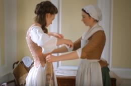 Una donna si veste nel 1800