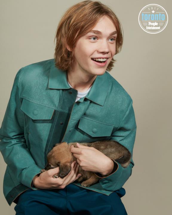 Charlie Plummer tiene in braccio un cucciolo