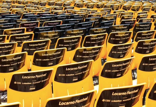 Le seggiole gialle e nere del pubblico di Piazza Grande a Locarno 70
