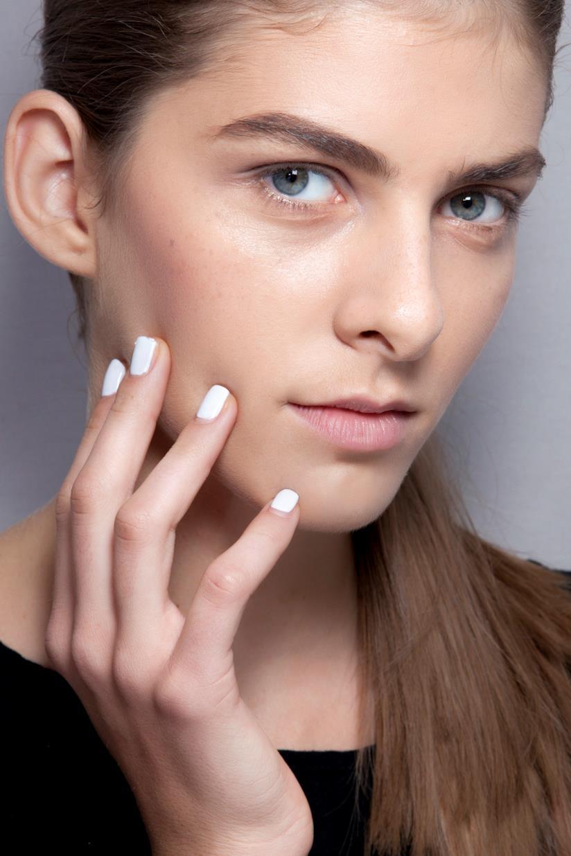 Nail art gel bianca con trucco semplice