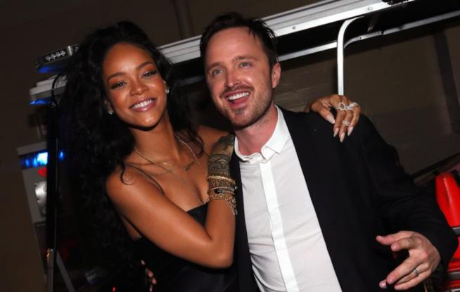 Rihanna abbraccia Aaron Paul