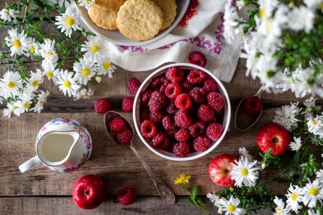 Tavola pronta per una colazione salutare