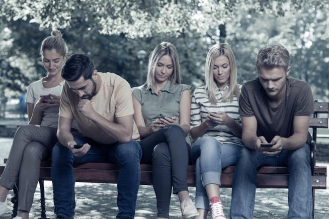 Gruppo di ragazzi con telefono in mano