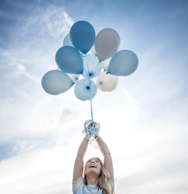Una ragazza tiene in mano dei palloncini