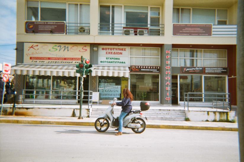 Una donna in scooter in una foto dei bambini di Samos