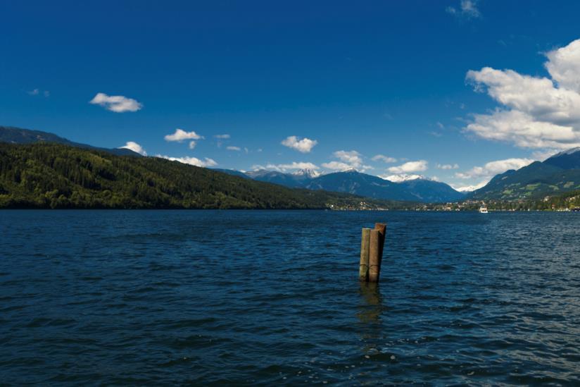 Lago circondato dalle montagne