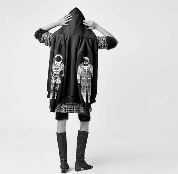 Cara Delevingne con l'outfit da astronauta per Chanel