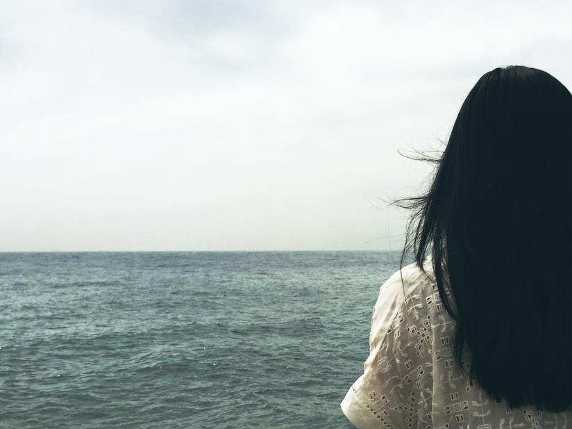 Una donna con i capelli neri