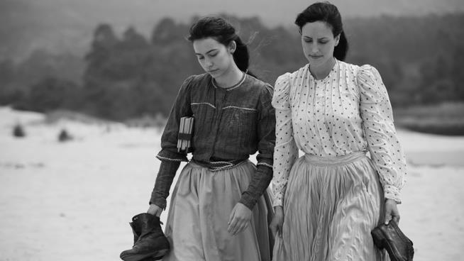 Greta Fernandez e Natalia de Molina sulla spiaggia in Elisa y Marcela