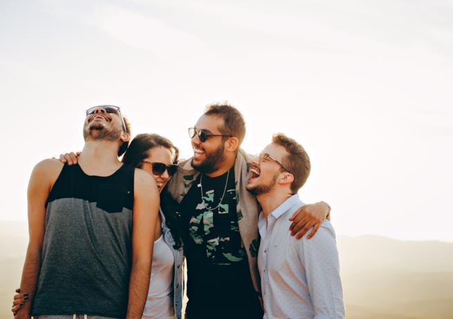 Gruppo di amici abbracciati