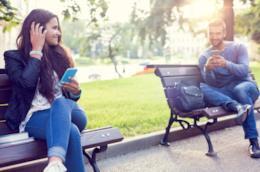 Due giovani chattano attraverso una dating app