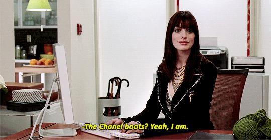 Una scena de Il diavolo veste Prada con stivali Chanel