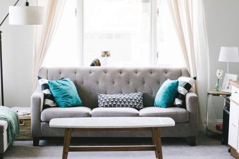 Un soggiorno con divano