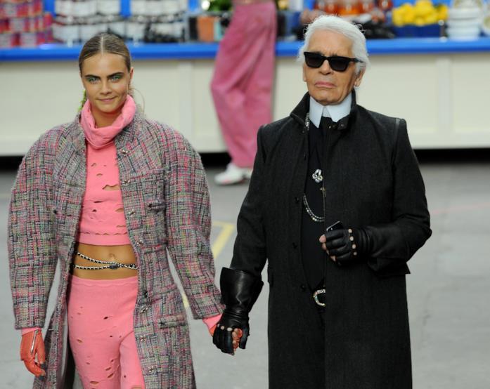 Cara Delevingne e Karl Lagerfled a una sfilata