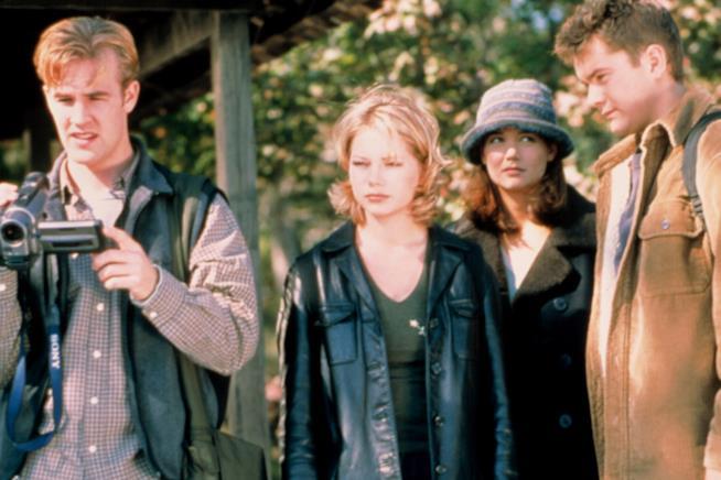Dawson regge la videocamera e osserva qualcosa sconvolto insieme a Jen, Joey e Pacey