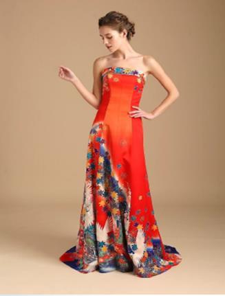 Una modella indossa un abito da sposa ricavato da un kimono rosso con disegni blu