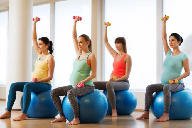 Donna incinta fitness