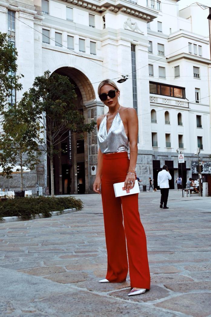 Carlotta Scarlini con pantaloni palazzo e top argentato