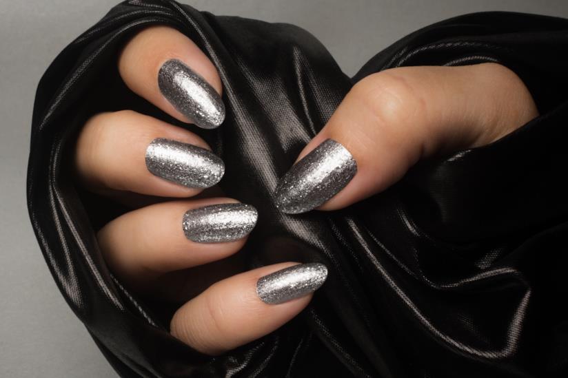 Manicure perfetta con nail art silver