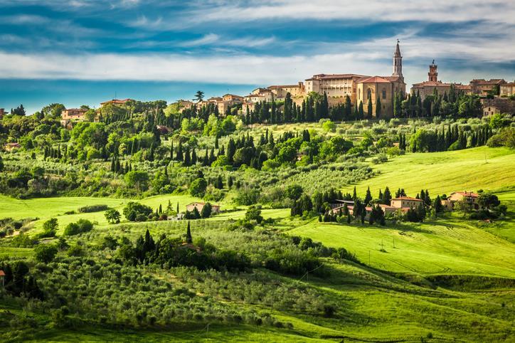 Pienza circondata da verdi e dolci colline.