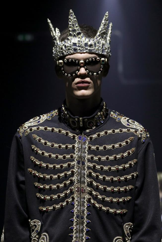 Modello che indossa la Collezione Moschino uomo autunno inverno 2019 2020