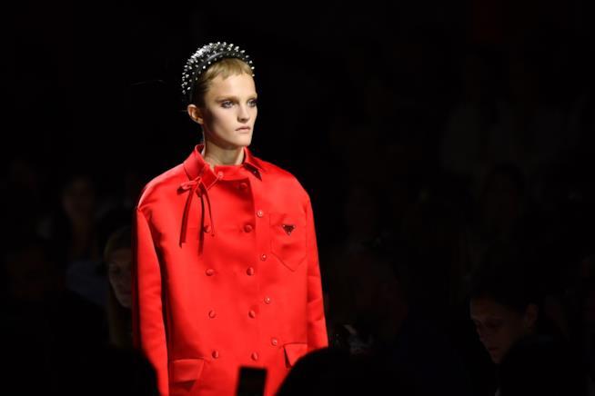 Cappotto rosso con fiocco nella sfilata Prada